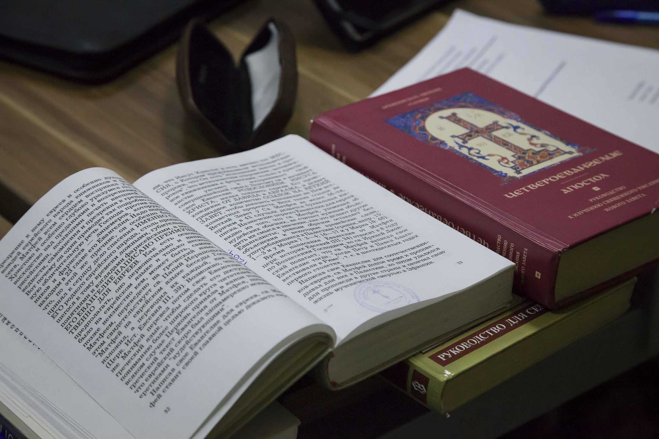 Священнослужители, имеющие теологическое образование, сдали в семинарии выпускной квалификационный экзамен